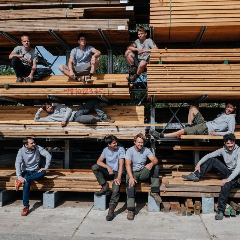 tuinaanleg team van personen zittend op hout
