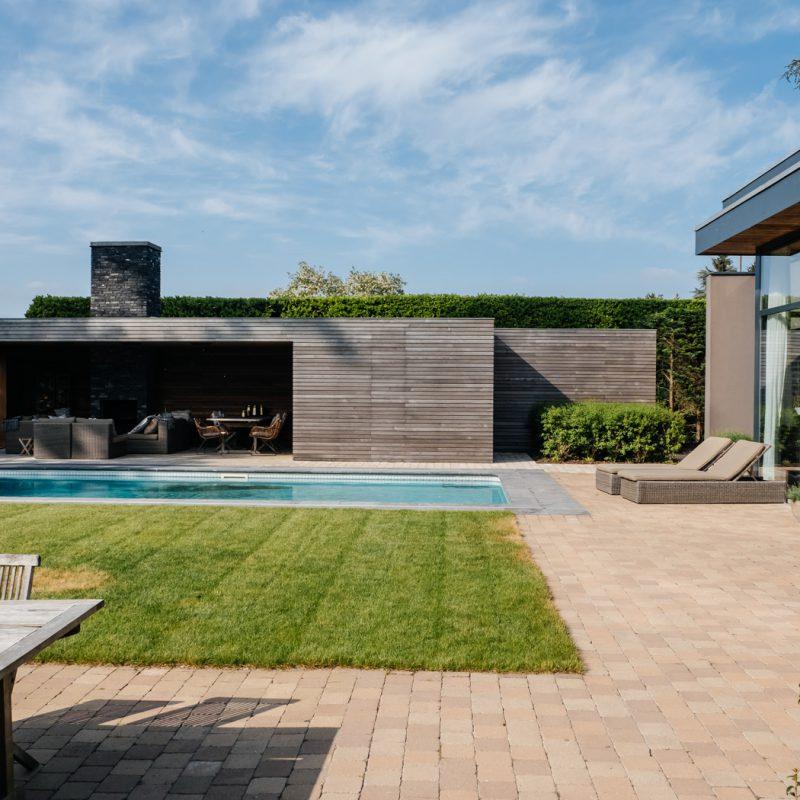 Landschappelijke tuin met poolhouse in merelbeke door hofheren